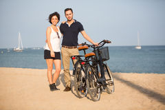 在爱的夫妇在海滩微笑 库存照片
