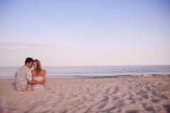 在爱的夫妇在海 免版税库存照片
