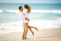 在爱的夫妇在海滩 免版税图库摄影