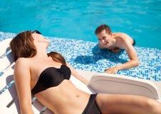 在爱的夫妇在游泳池附近 库存图片