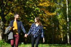 在爱的夫妇在秋天公园走 关系和秋天 免版税库存照片