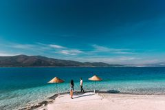 在爱的夫妇在美丽的海岸 免版税库存图片