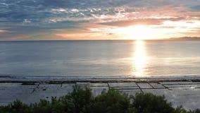 在爱的夫妇在豪华旅游胜地在浪漫暑假 一起放松在边缘游泳场的人们,享用 影视素材