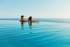 在爱的夫妇在豪华旅游胜地水池浪漫暑假 免版税图库摄影