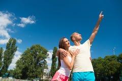 在爱的夫妇在锻炼以后放松 免版税库存照片