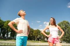 在爱的夫妇在锻炼以后放松 免版税图库摄影