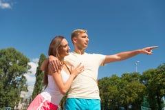 在爱的夫妇在锻炼以后放松 免版税库存图片