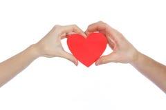 在爱的夫妇在他们的手上的拿着红色纸心脏隔绝在白色背景 免版税库存图片
