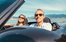 在爱的夫妇有浪漫自动旅行 免版税库存图片