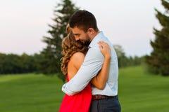在爱的夫妇热情地拥抱 图库摄影