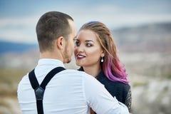 在爱的夫妇遇见黎明本质上、的男人和亲吻的妇女拥抱和 美好的夫妇浪漫步行,密切的关系 库存图片