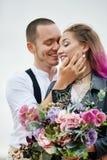 在爱的夫妇遇见黎明本质上、的男人和亲吻的妇女拥抱和 美好的夫妇浪漫步行,密切的关系 图库摄影