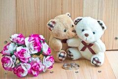 在爱的容忍熊提议允诺圆环 免版税库存照片