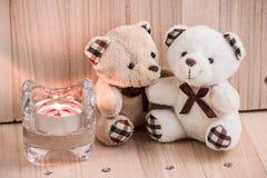 在爱的容忍熊,在烛台附近 免版税库存照片
