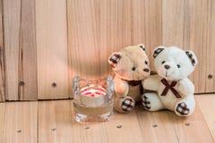 在爱的容忍熊,在烛台附近 免版税图库摄影