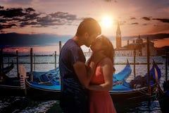 在爱的年轻夫妇在威尼斯亲吻在意大利 免版税库存图片