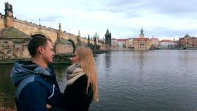 在爱的年轻夫妇在查理大桥的背景 影视素材
