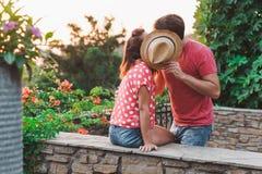在爱的年轻夫妇在阳台 免版税图库摄影