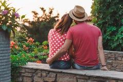 在爱的年轻夫妇在阳台 图库摄影
