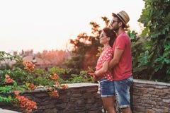 在爱的年轻夫妇在阳台 库存图片