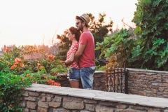 在爱的年轻夫妇在阳台 免版税库存照片