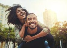 在爱的年轻夫妇获得乐趣在城市 免版税图库摄影