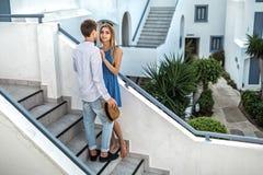 在爱的年轻夫妇,人看女孩,她愉快地微笑 第一个日期,相识,结婚提议,蜜月,女性 免版税库存图片