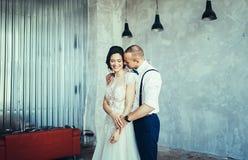在爱的年轻婚礼夫妇 库存图片