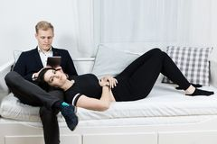 在爱的年轻有吸引力的企业夫妇-说谎在床上 免版税库存图片