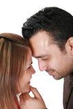 在爱的微笑的新夫妇 图库摄影