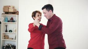 在爱的愉快和有吸引力的家庭夫妇在演播室一起跳舞 股票视频