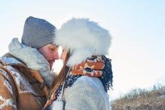 在爱的愉快的夫妇在冬天 库存图片