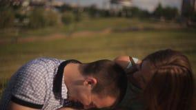 在爱的愉快的夫妇在日期笑并且获得乐趣 人和女孩绿草的在城市背景 影视素材
