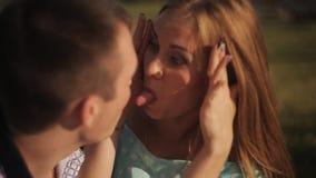 在爱的愉快的夫妇在日期笑并且获得乐趣 人和女孩绿草的在城市背景 股票录像