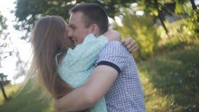 在爱的愉快的夫妇在日期笑并且获得乐趣 股票视频