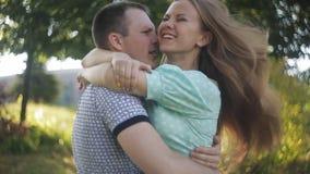 在爱的愉快的夫妇在日期笑并且获得乐趣 股票录像