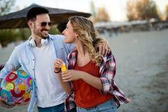 在爱的愉快的夫妇在海滩夏天 免版税库存照片
