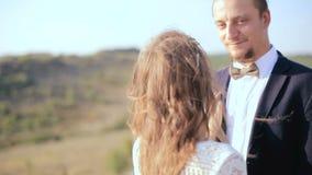 在爱的愉快的夫妇在草甸 画象夫妇,柔软爱 股票录像