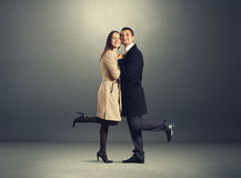 在爱的愉快的夫妇在黑暗 免版税库存图片