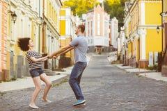 在爱的愉快的夫妇获得乐趣在城市 温暖 免版税库存图片