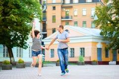 在爱的愉快的夫妇跑和获得乐趣在 免版税图库摄影