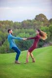 在爱的愉快的嬉戏的年轻夫妇 免版税库存照片