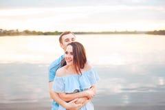在爱的愉快的浪漫夫妇和有乐趣在湖室外在夏日,自然秀丽, 免版税库存照片
