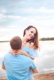 在爱的愉快的浪漫夫妇和有乐趣在湖室外在夏日,自然秀丽, 库存图片