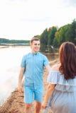 在爱的愉快的浪漫夫妇和有乐趣在湖室外在夏日,自然秀丽, 库存照片