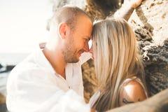 在爱的愉快的浪漫时尚夫妇获得在美丽的海的乐趣夏日 免版税库存照片