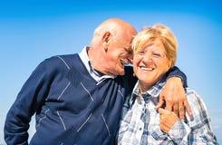在爱的愉快的资深夫妇在退休-快乐的年长生活方式 库存图片