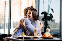 在爱的愉快的年轻夫妇在浪漫日期在餐馆 免版税库存图片