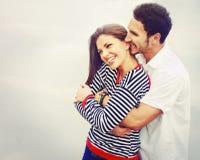在爱的愉快的年轻夫妇在湖室外在度假,害处 图库摄影