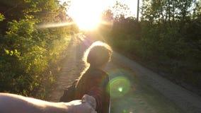 在爱的手移动 r 有背包的徒步旅行者女孩用手拿着人并且带领他 o 影视素材